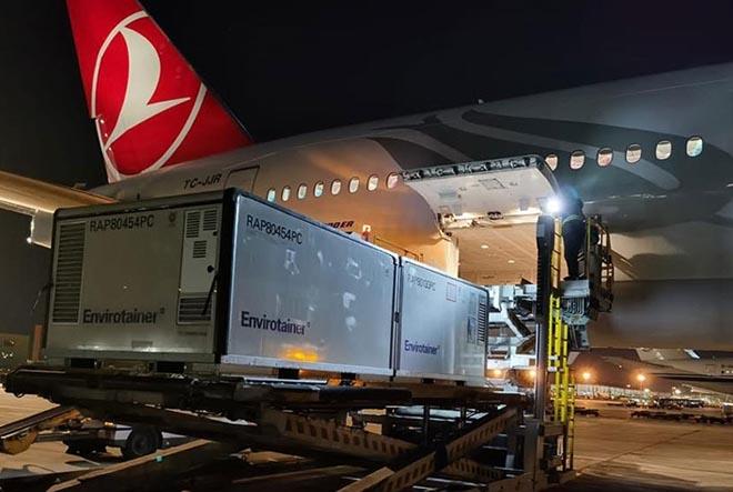 """Çin'den getirilecek yeni tip koronavirüs (Kovid-19) aşısının ilk bölümü, THY'nin """"TK 6175"""" sefer sayılı """"Boeing 777"""" tipi uçağına özenle yerleştirildi."""