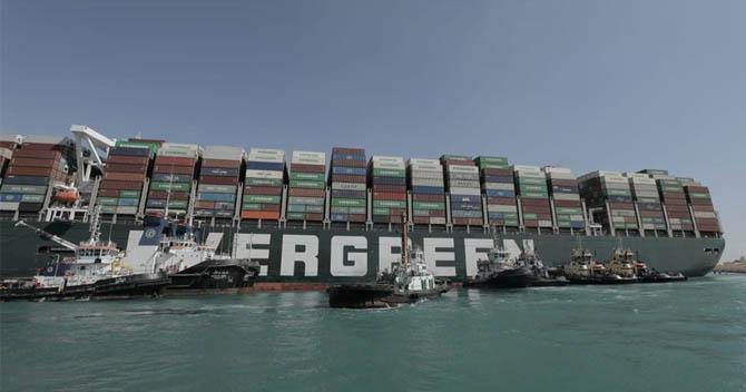 Yüzlerce gemi Süveyş'te bekliyor